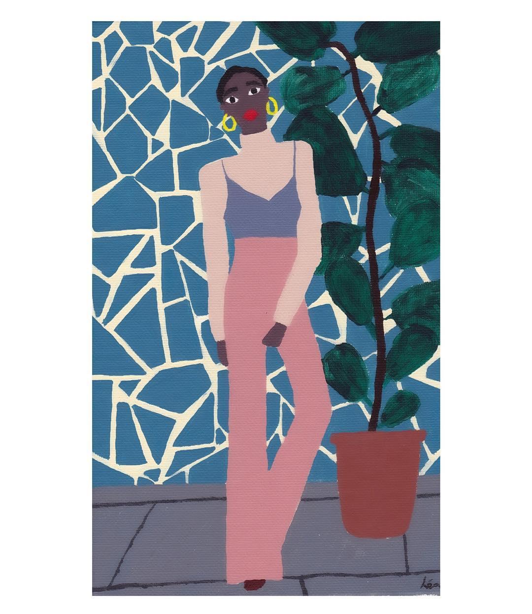 Devant un mur bleu et blanc, une figure de femme pose. Elle porte un pantalon large, taille haute, rose, dans lequel est rentré un top à bretelle parme, au dessus d'un t-shirt à manche longe beige.