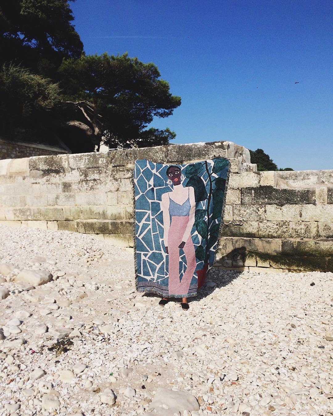 Teinture de la première peinture sur un format à taille humaine, porté à bout de bras par une personne cachée par la teinture.