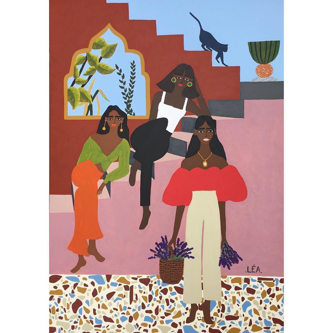 Deux femmes sont assise sur un escalier rose, derrière lequel on distingue un ciel bleu. Devant elles, une troisième porte un panier de lavandes.