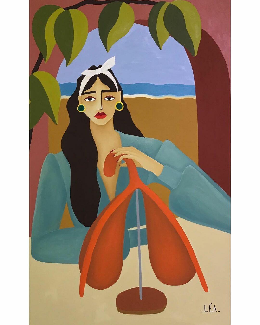 Une femme à chemisier bleu sculpte un clitoris géant et orange. Derrière elle, une arche, par laquelle on distingue un pasyage de plage.