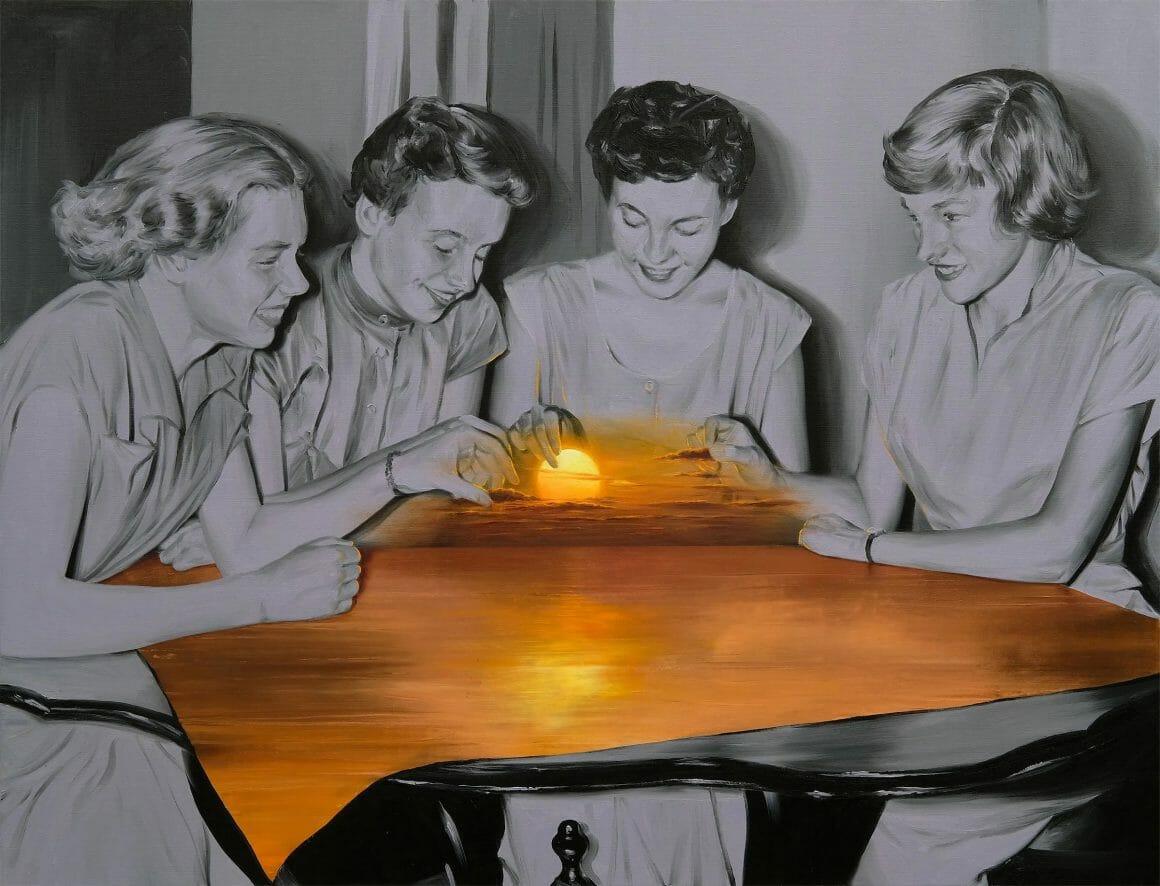 Trois femmes, assises autour d'une table. Tout est en noir et blanc, a l'exception d'un petit soleil, flottant au dessus d'une nappe, qui émet une lumière dorée.