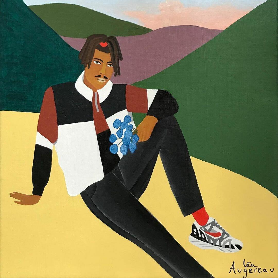 Un homme est assis sur une plaine, entre deux montagnes. Il tient dans sa main un bouquet de fleurs bleues et porte des vêtements aux tons noirs, blanc et bruns.
