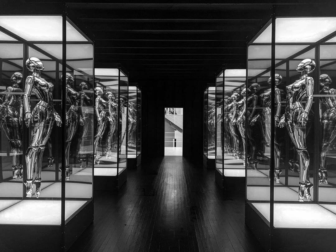 statues de sexy robots réalisées par Hajime Sorayama.