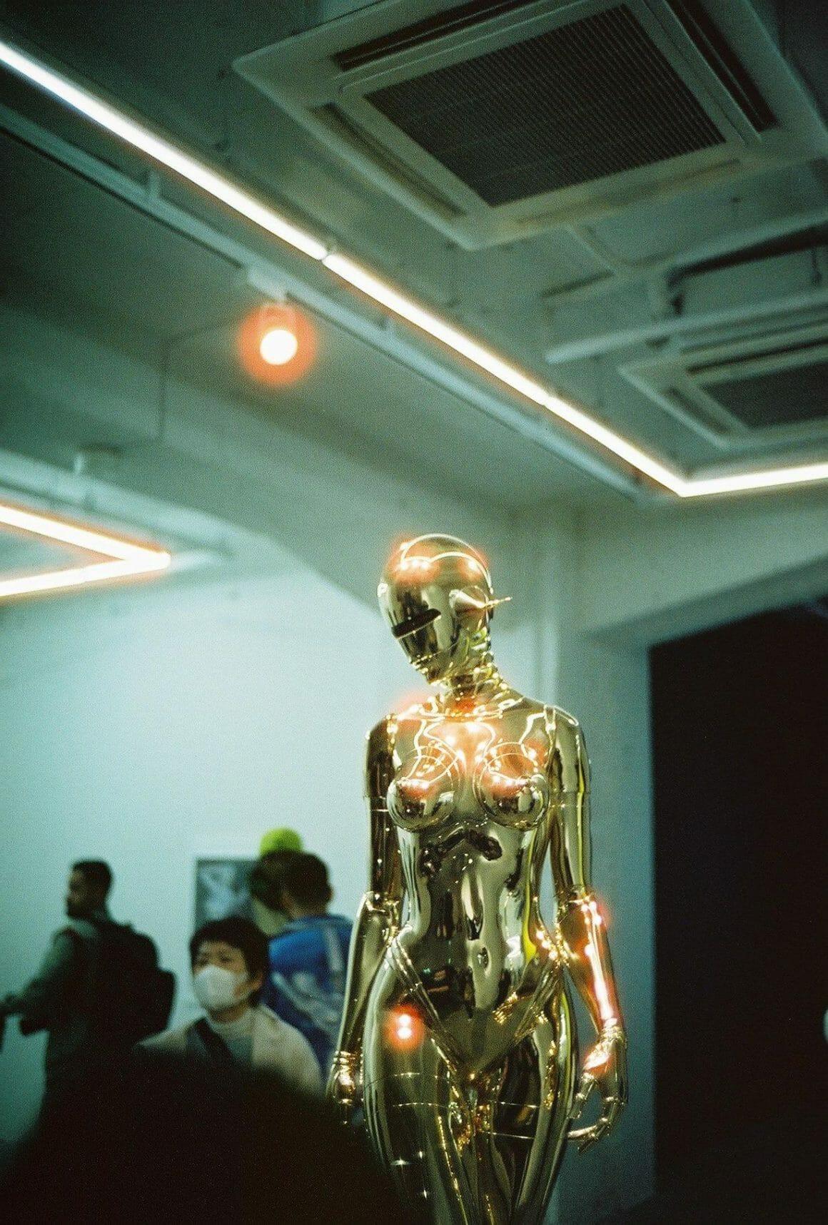 statue représentant un sexy robot réalisée dans le cadre d'une exposition par l'artiste japonais Hajime Sorayama