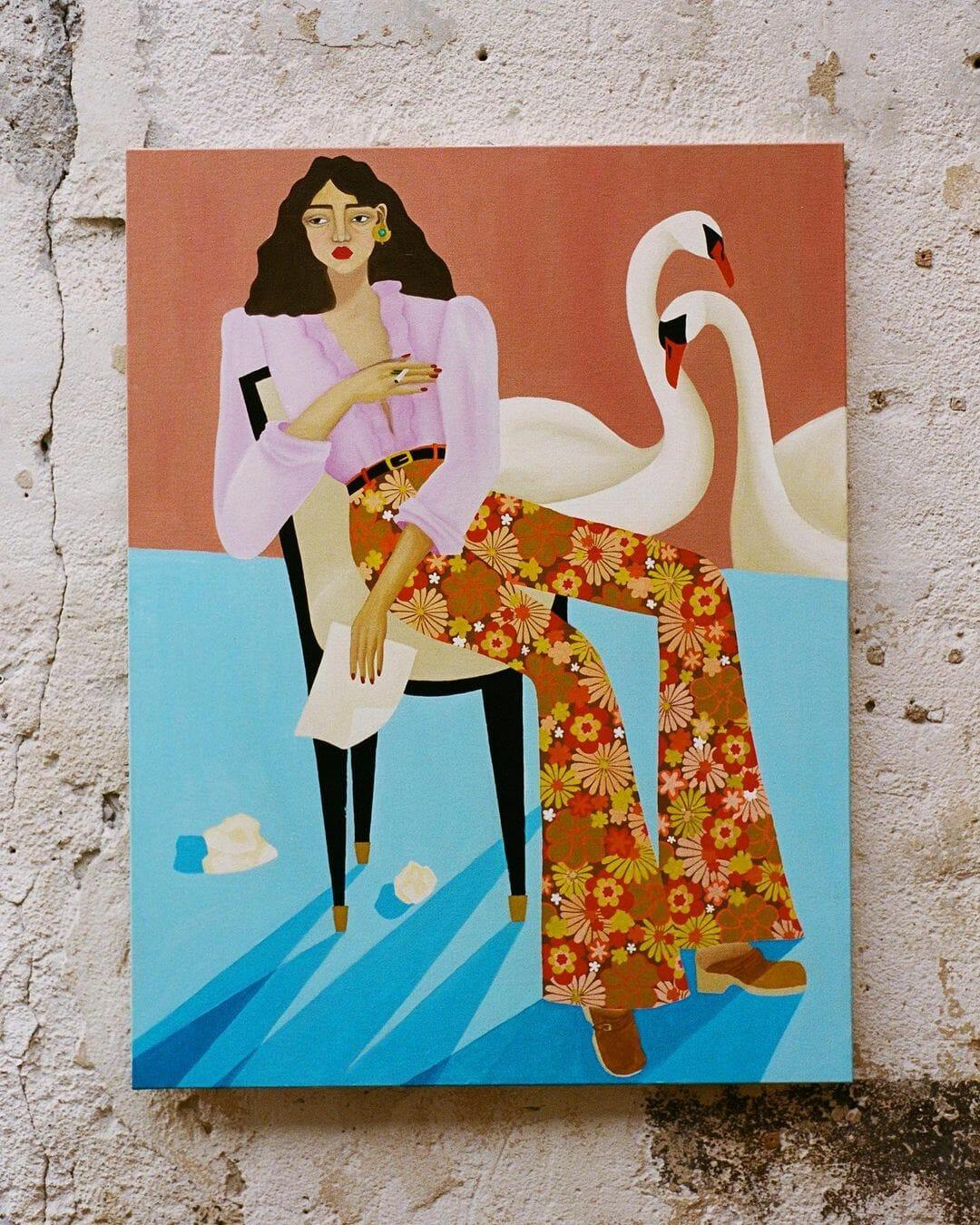 Une femme est assise sur une chaise, une lettre à la main, dans une pièce rose et bleue. Elle porte un chemisier rose plus clair, et un pantalon fleuri. Derrière elle, deux signes se câlinent.