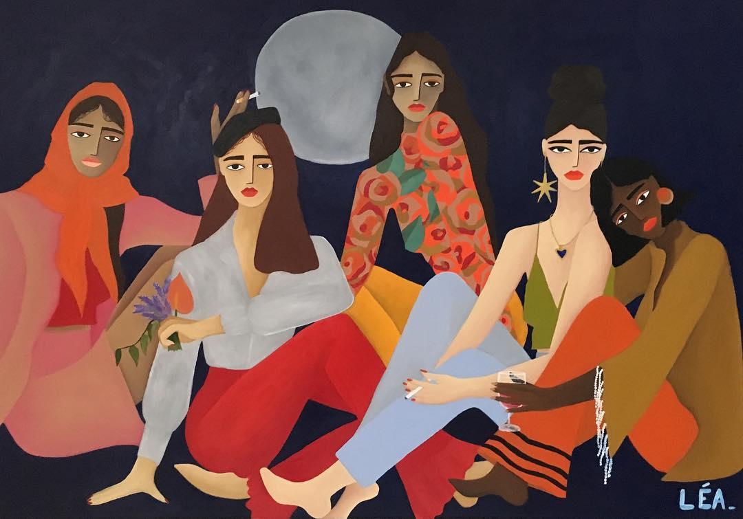 Cinq femmes sont assises ensemble, sur fond de pleines lune.