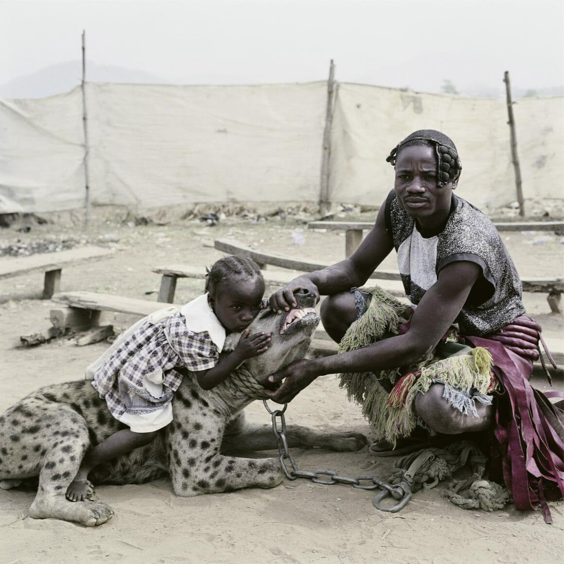 Mummy Ahmadu and Mallam Mantari Lamal with Mainasara, Abuja, Nigeria, 2005 par Pieter Hugo