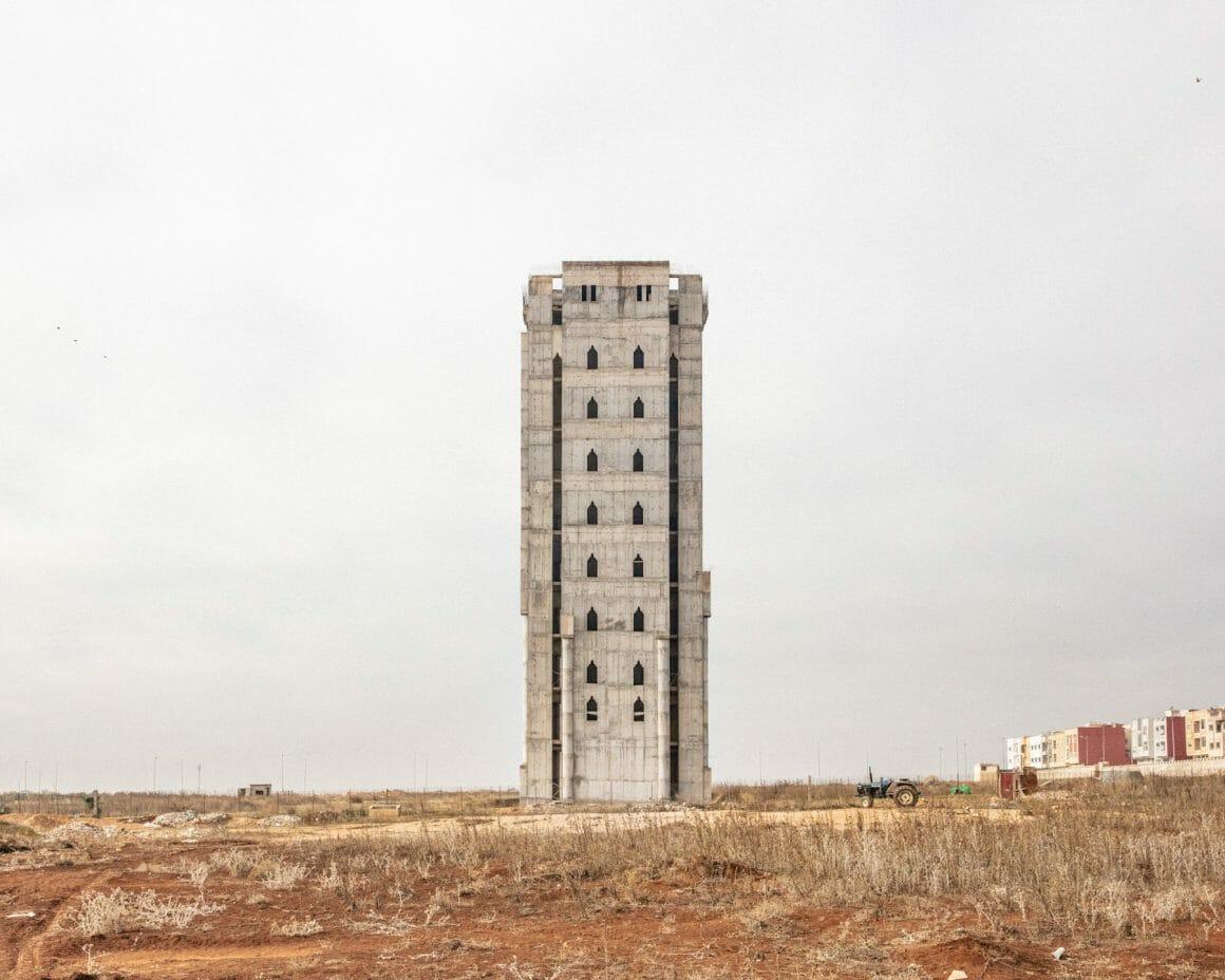 Photographie d'un immeuble abandonné.