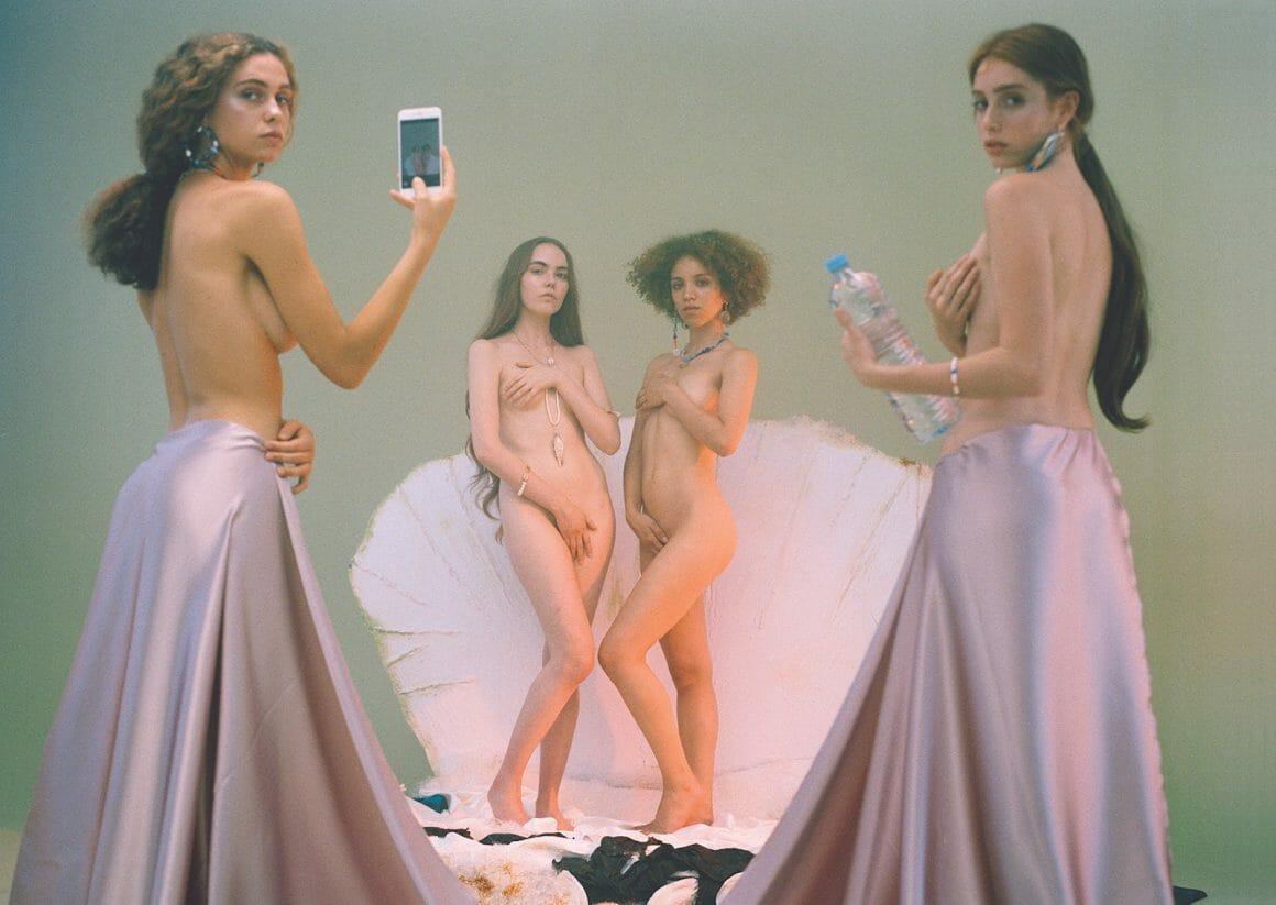 deux femmes en Vénus dans un coquillage, deux femmes avec un portable et une bouteille d'eau photo par Carlota Guerrero
