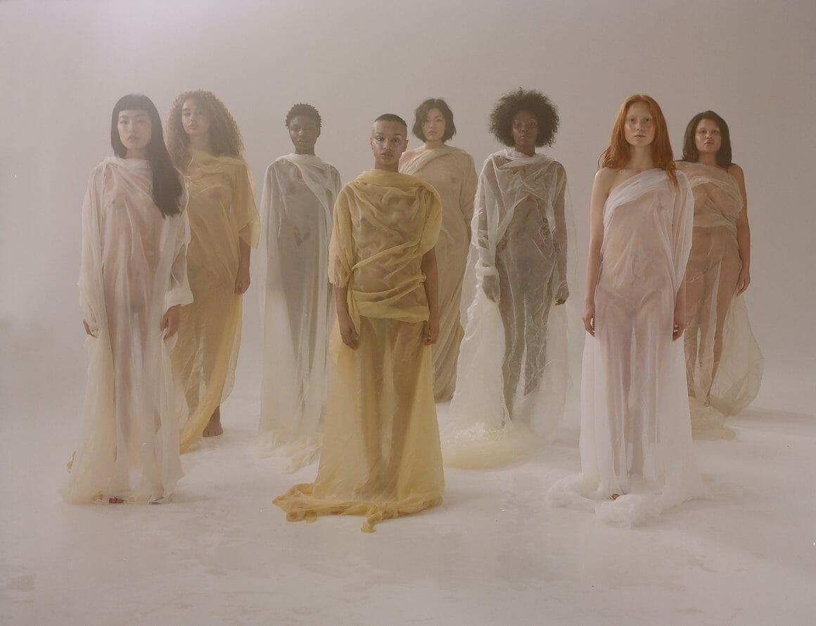 femmes dans des tissus pastels