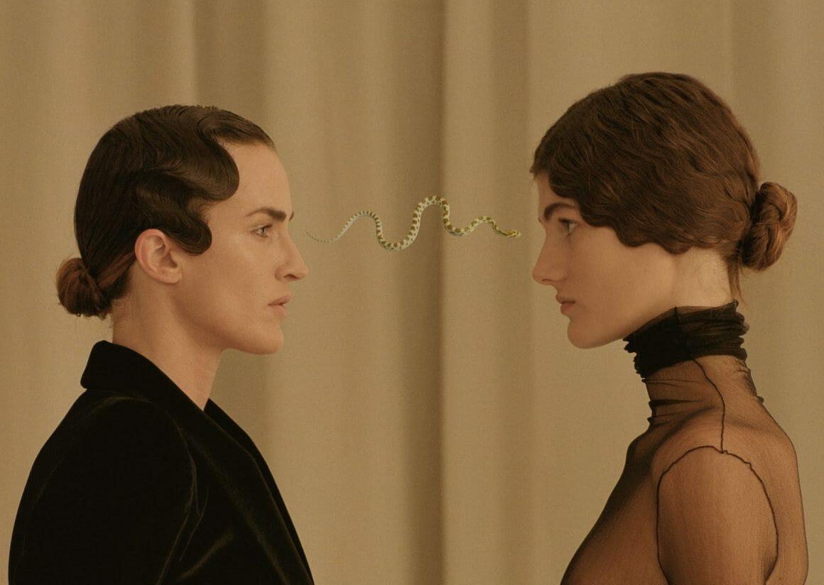 femmes et serpent