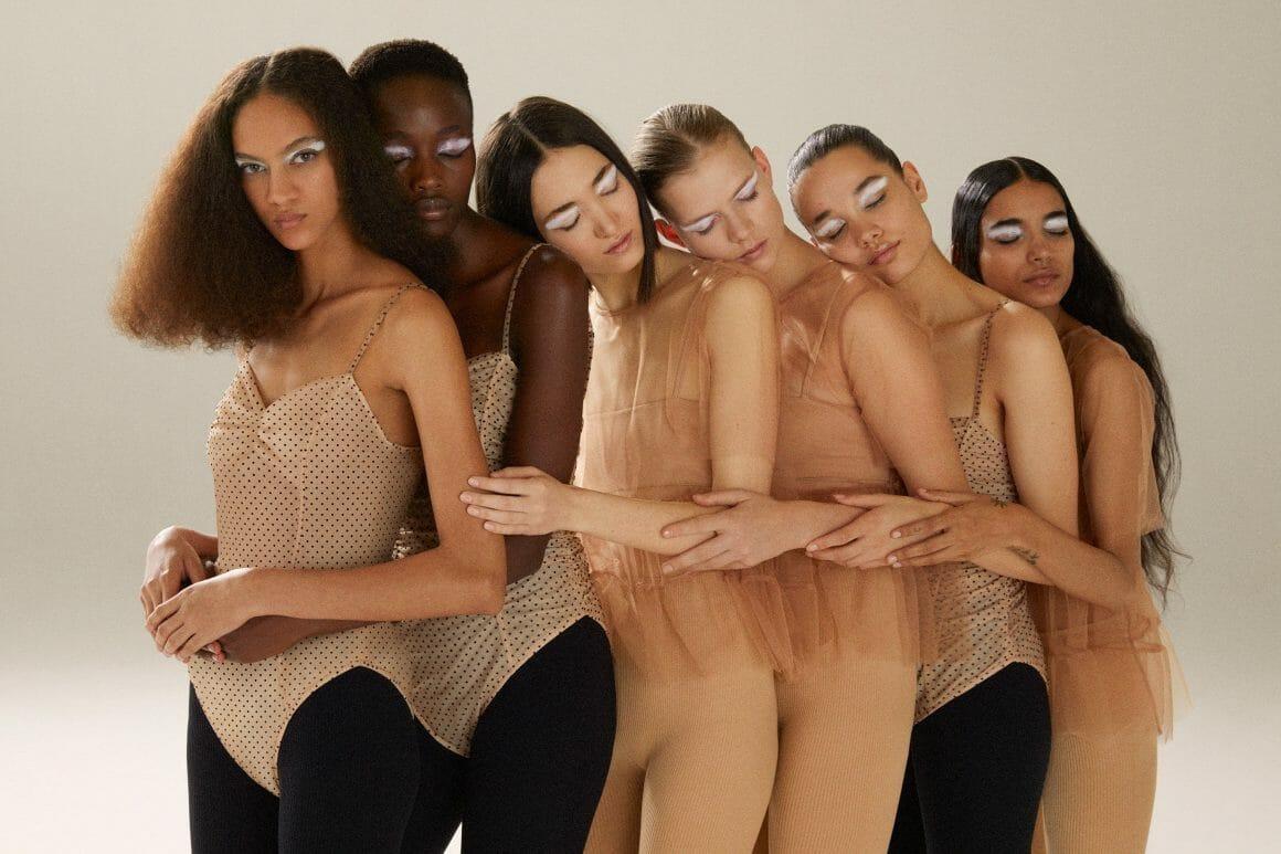 femmes câlin groupé, habillées en beige