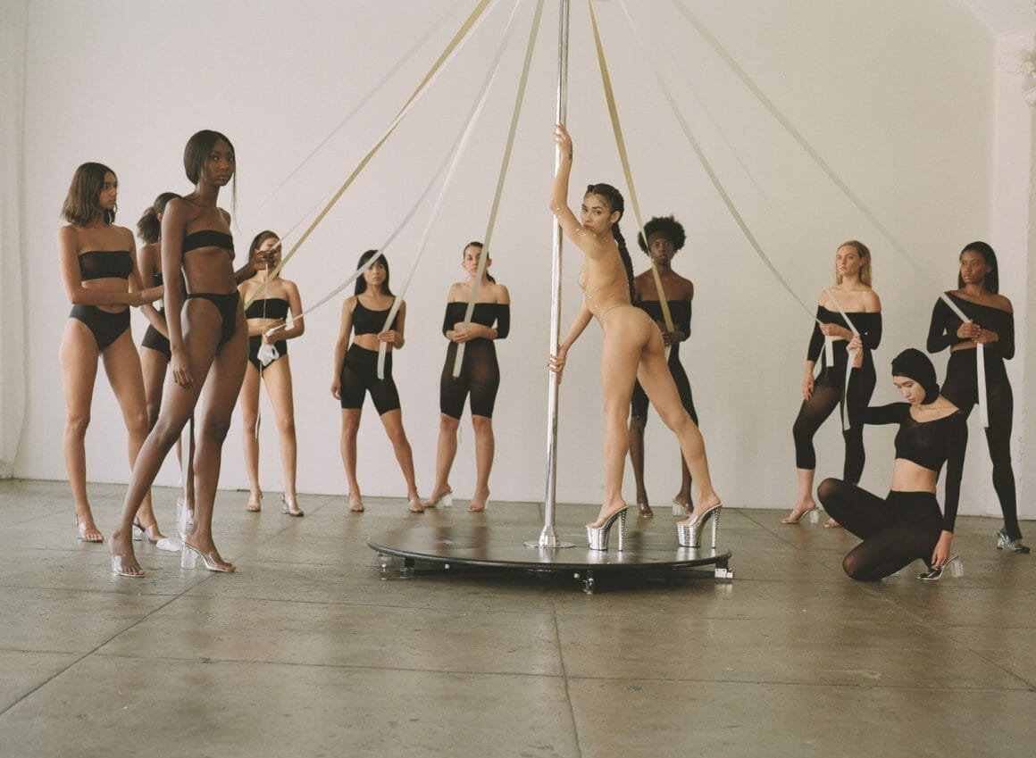 pole dance manège femme nue