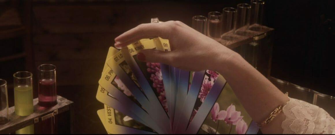 Extrait du clip montrant un jeu de carte floral imaginé par l'artiste