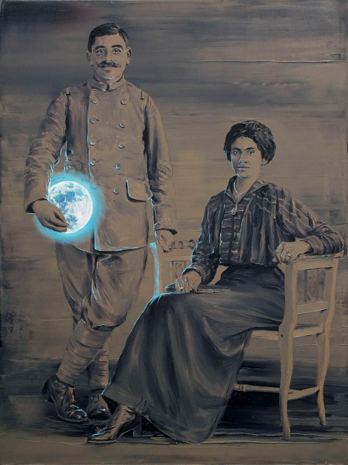 Peinture d'un portrait de  couple. La femme est assise, en habit d'époque et l'homme se tient debout à ses côtés en habit militaire. Il tient dans sa  main droite une lune bleue et lumineuse.