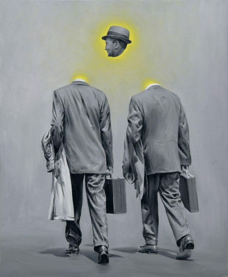 Deux hommes en costume avancent, dos au spectateur. Leurs têtes ont étés retirées et de leur cous émane une lumière jaune. Plus haut, entre les deux, une tête flotte, d'où émane une lumière jaune également.