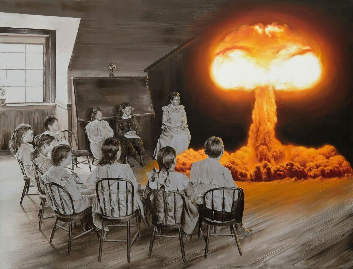 Groupe d'enfants en demi-cercle, dans une salle d'enseignement ancienne. A droite, une explosion atomique orange.