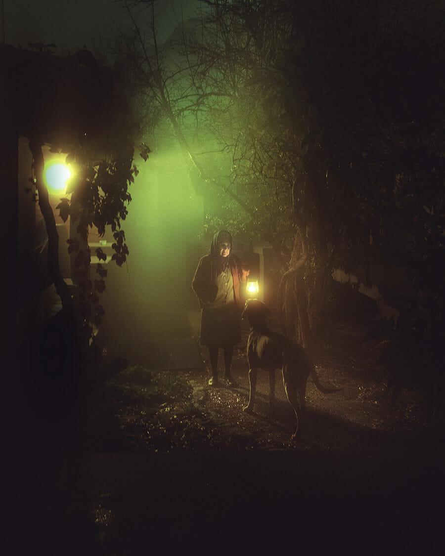 Photographie d'Henri Prestes montrant une vieille dame et son chien dans le brouillard