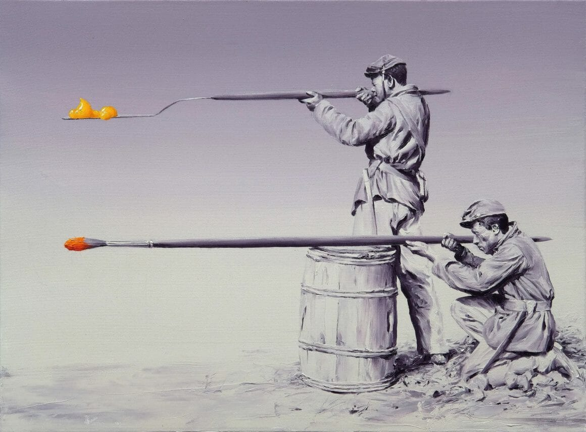 Image de deux soldats de profils. les deux visent depuis deux pinceaux géants, qui font office de fusils. au bout de ces pinceaux, des touches de peintures mettent de la couleur dans le tableau.