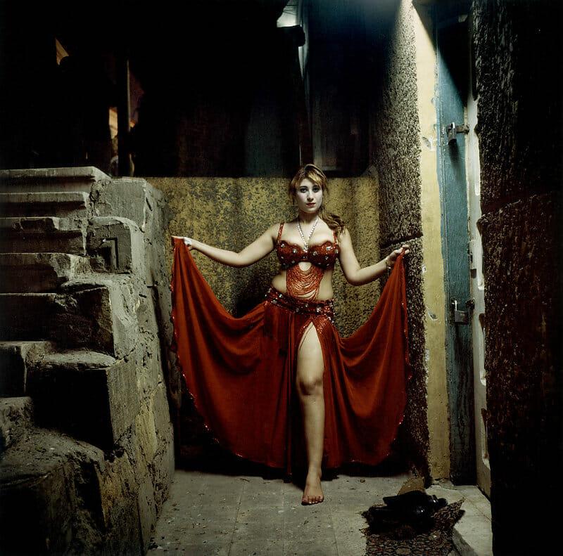 Photographie d'une jeune égyptienne en tenue de danse orientale. Denis Dailleux .