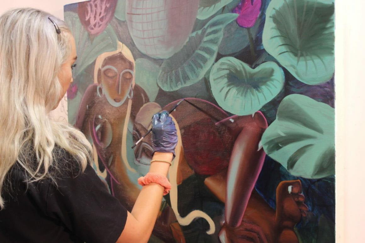 Lindsey Kircher en train de peindre