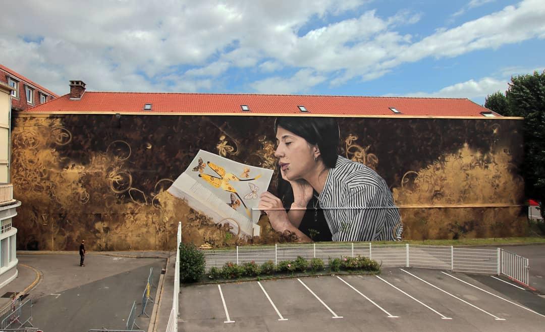 photographie d'une fresque avec une femme lisant.