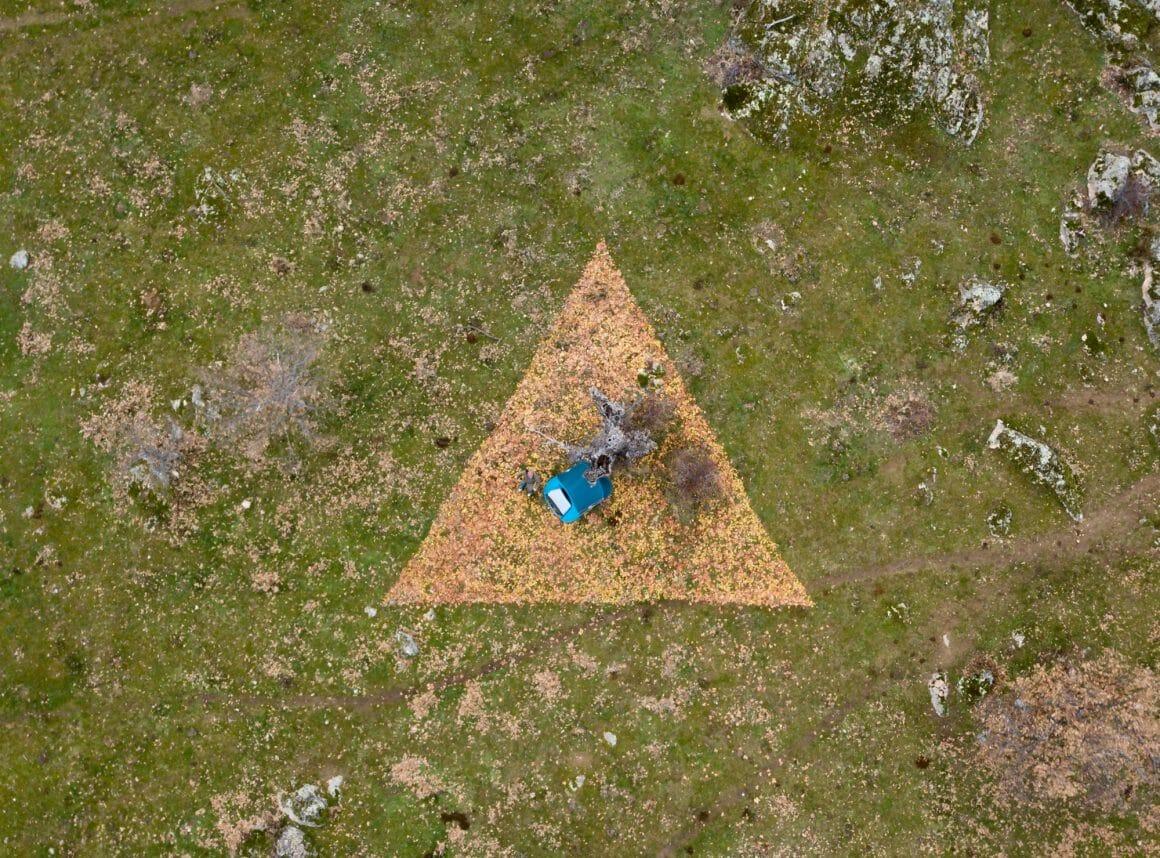 Photographie du dessus de Ruben Martin De Luca dans la montagne. Minimal Republics