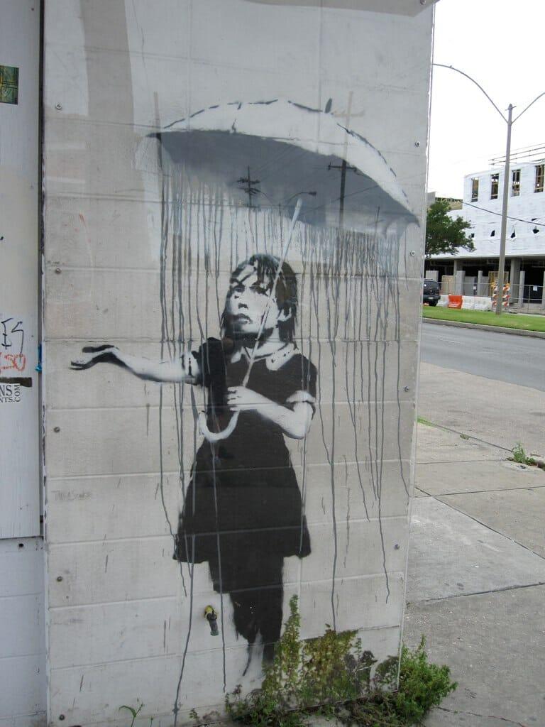 Tag d'une petite fille avec un parapluie.
