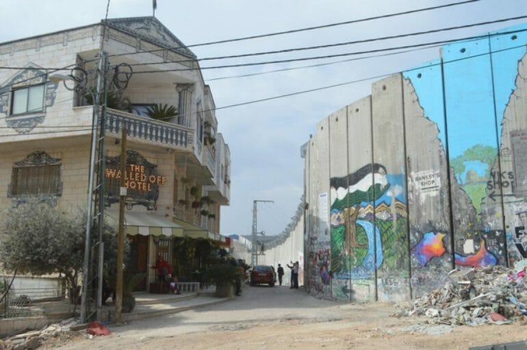 """Photographie de l'hôtel """"The Walled Out Hotel"""" de Banksy"""