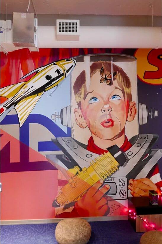 Zoom sur un petit garçon peint par l'artiste dans un bureau