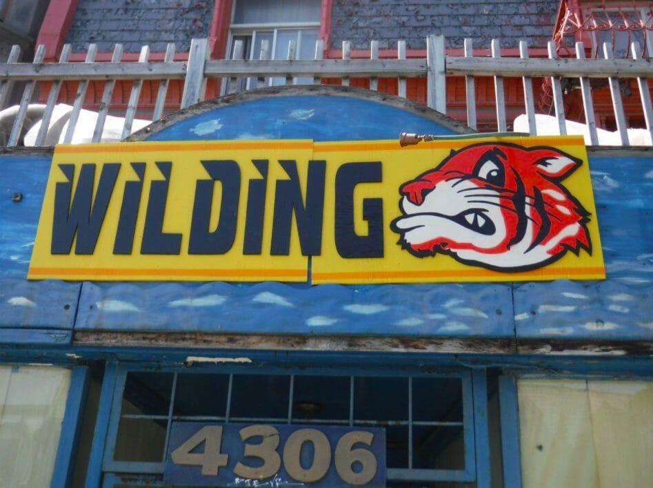 Pancarte fixée au dessus d'une devanture de commerce abandonné à Montréal