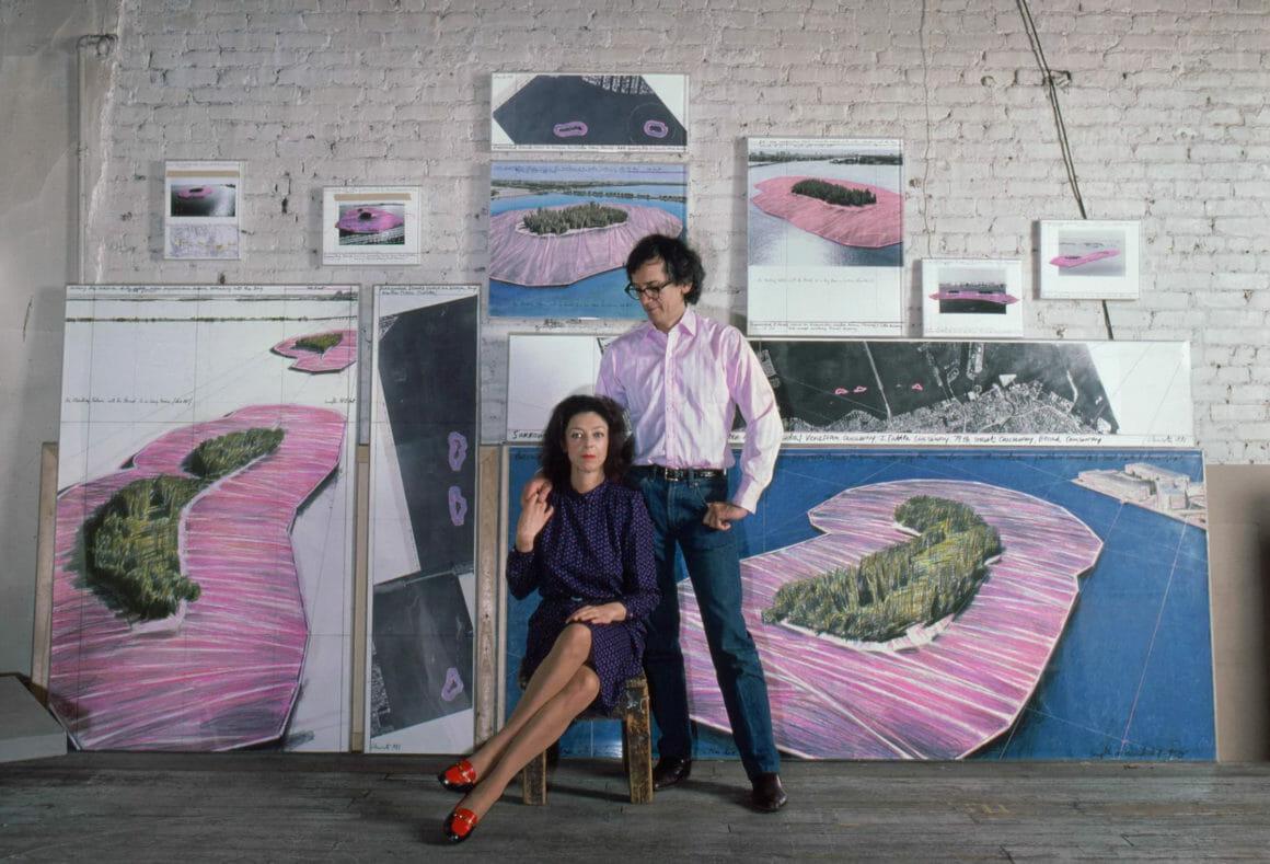 Christo et Jeanne Claude devant leurs croquis d'iles roses