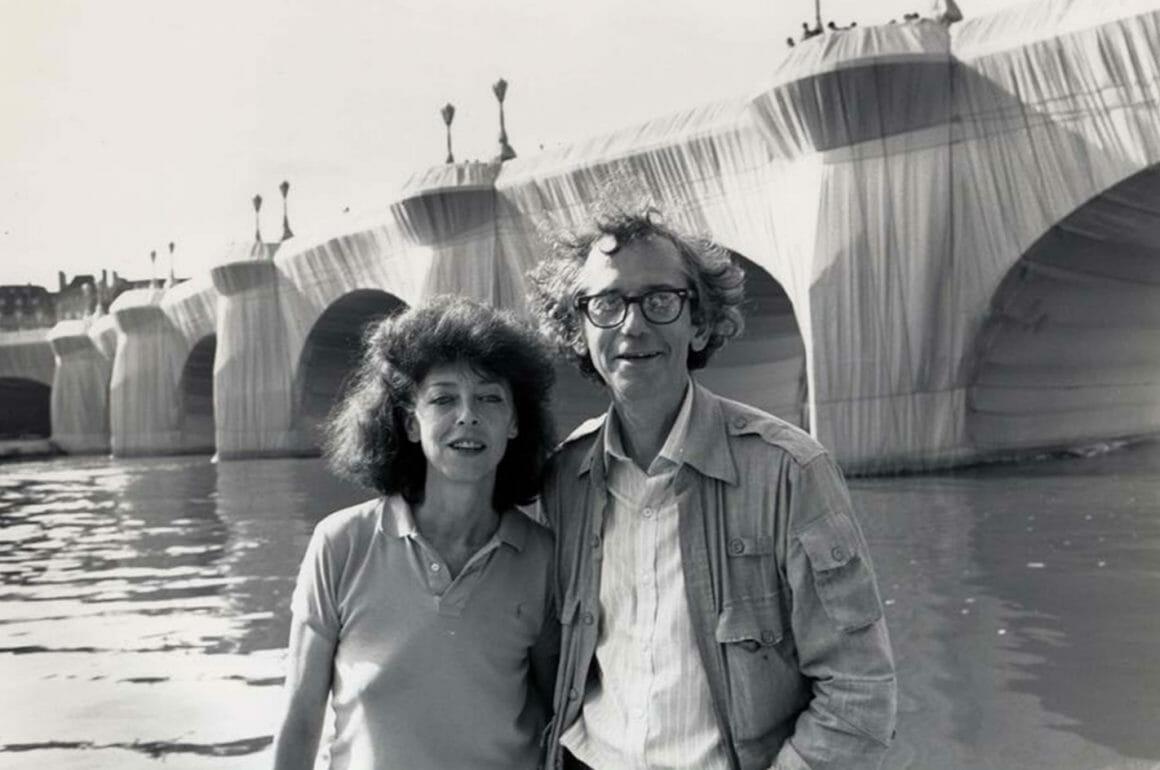 Jeanne-Claude et Christo devant le Pont Neuf empaqueté