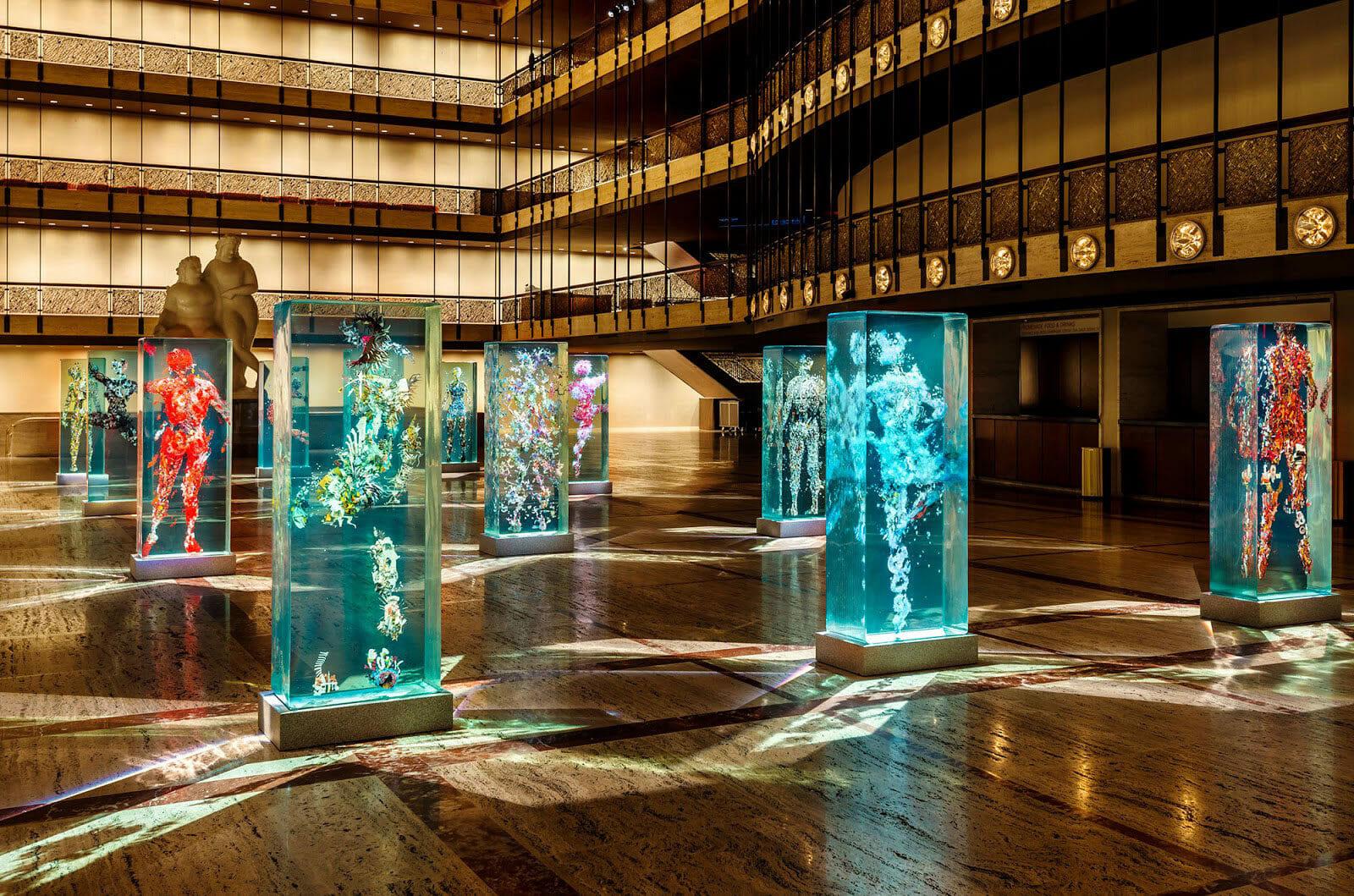 DUSTIN YELLIN, l'art du collage et du verre