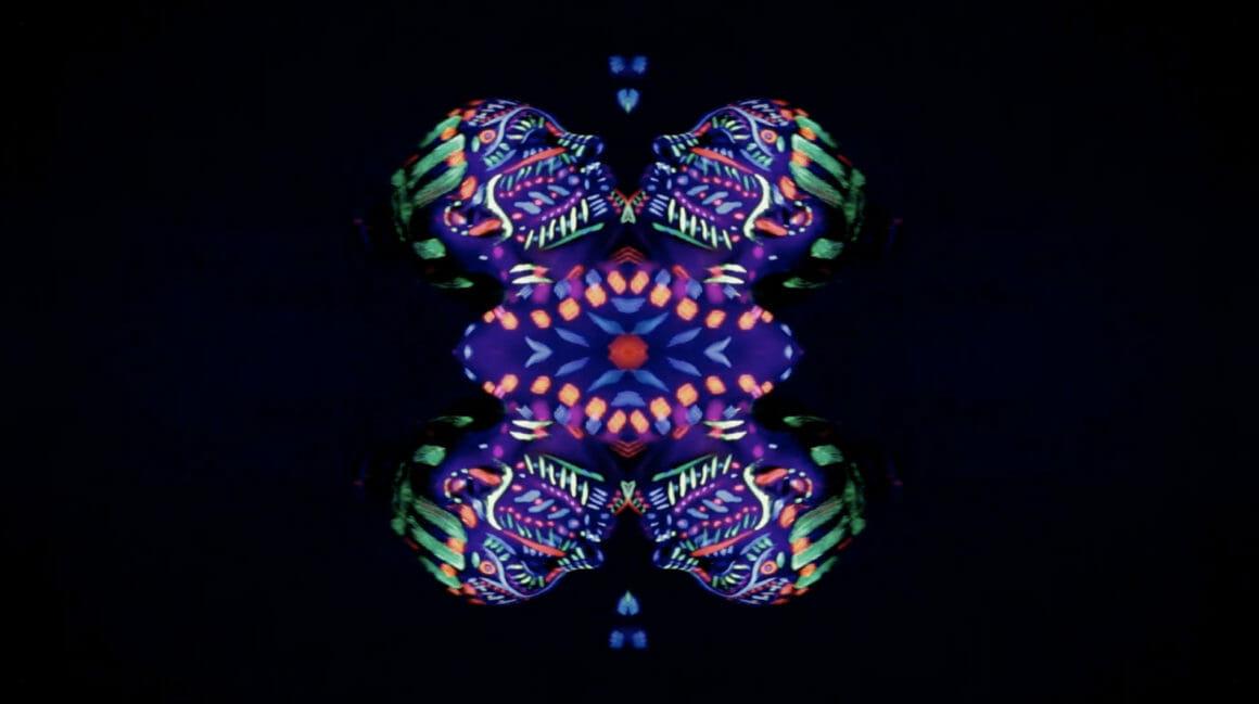 Effet visuel, le visage de la danseuse ressort au centre du cadre de manière hypnotisante.