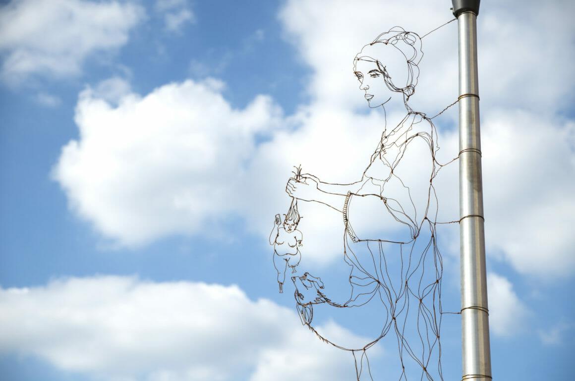 Sculpture en fil de fer abstraite avec une femme.