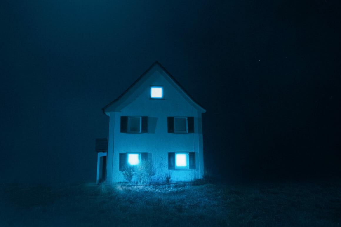 Photographie d'une maison isolée avec un ciel bleu.