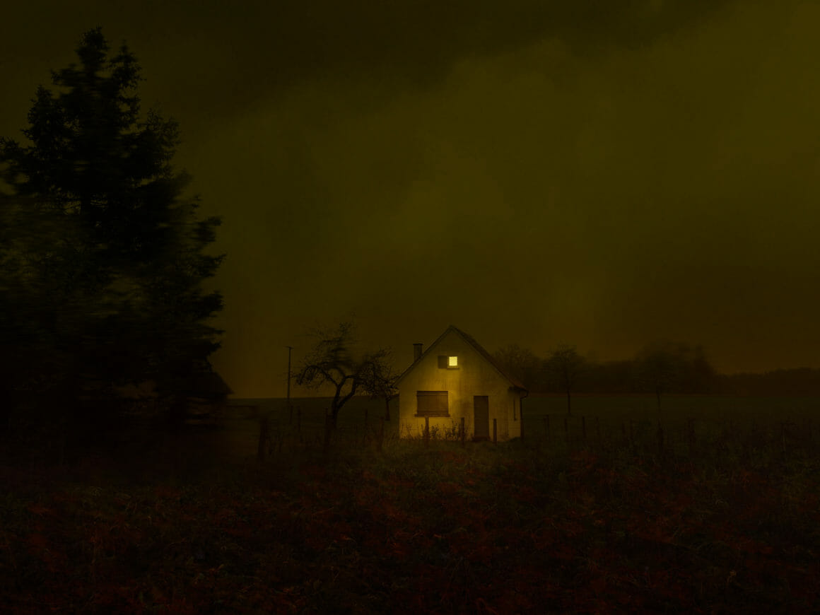 Photographie d'une maison isolée avec une lumière et des couleurs anormales.
