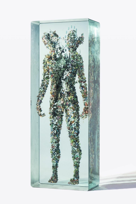 Sculpture en verre en forme d'homme réalisée par Dustin Yellin