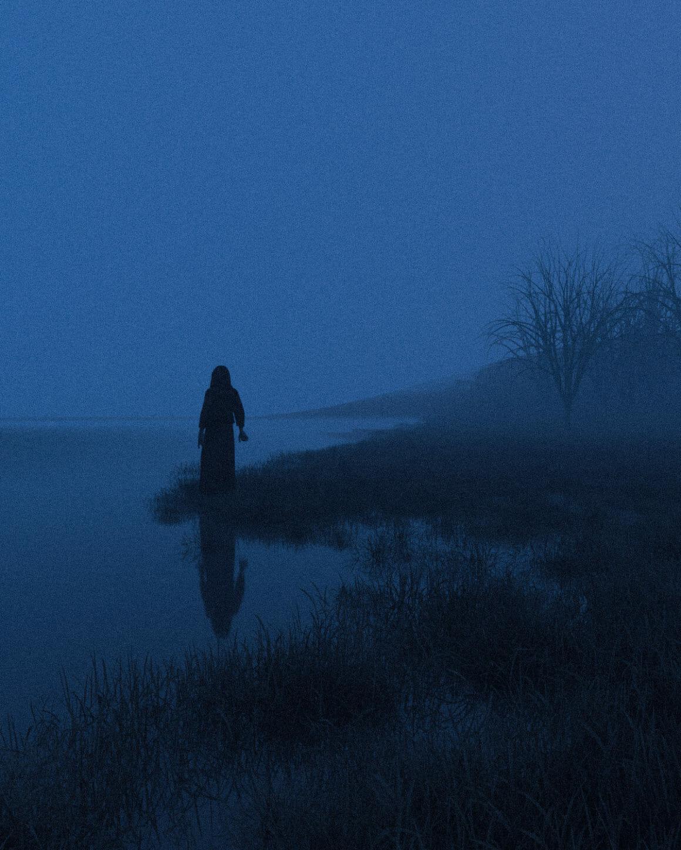 femme de dos au bord de l'eau