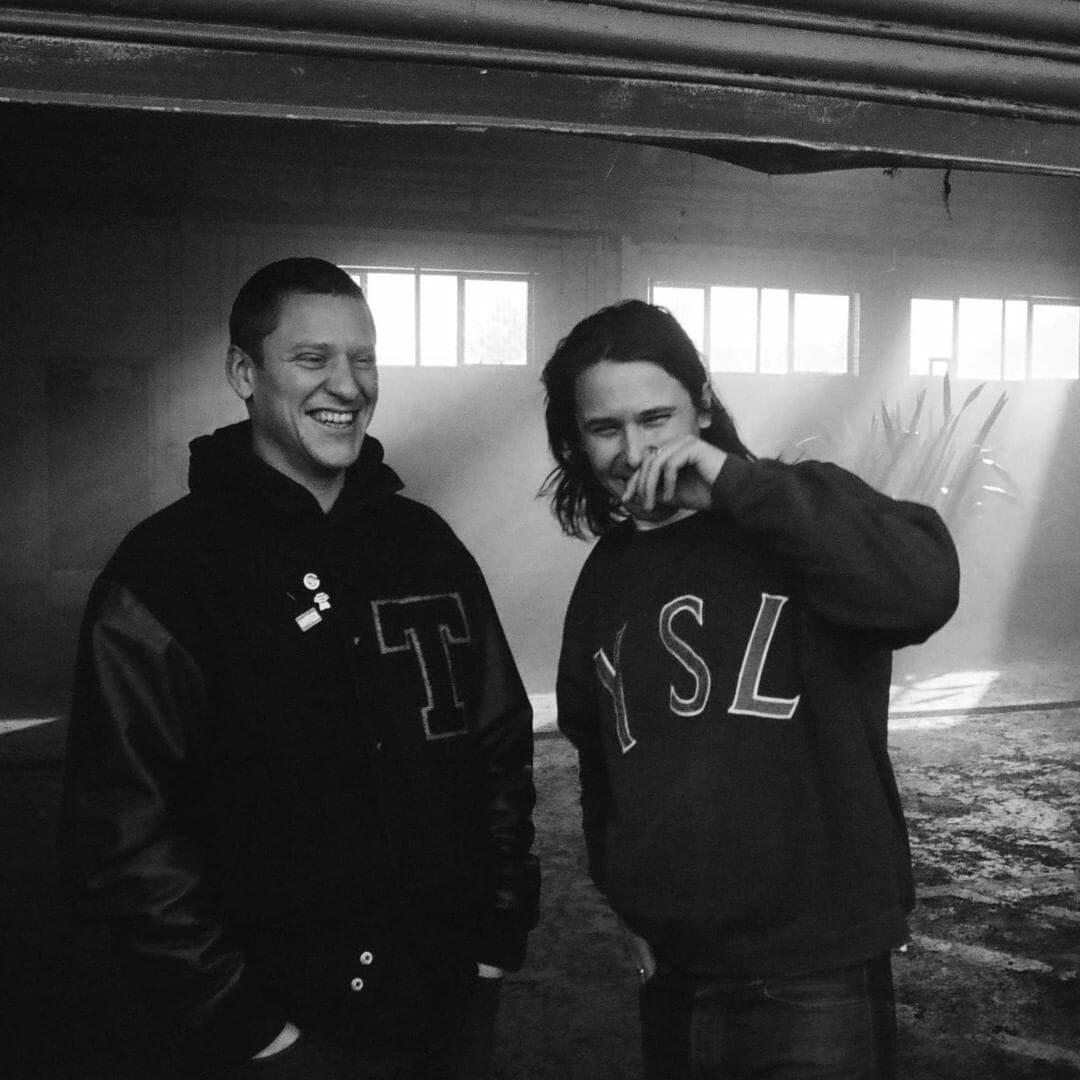 """Image promotionnelle pour """"Loving in Stereo"""". Josh Lloyd-Watson et Tom McFarland de Jungle posent côte à côte sur une photo en noir et blanc."""