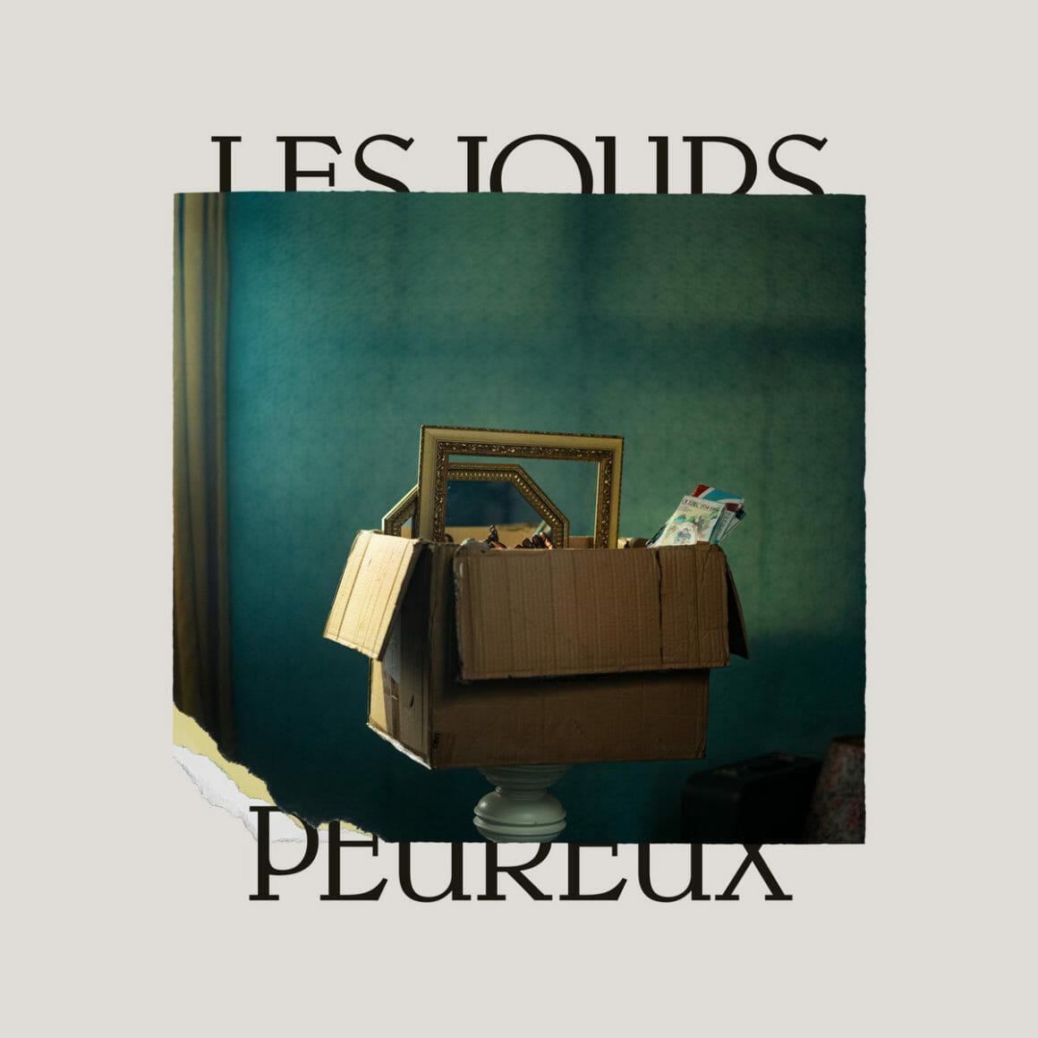 Couverture de l'album montrant un carton de déménagement débordant de souvenirs
