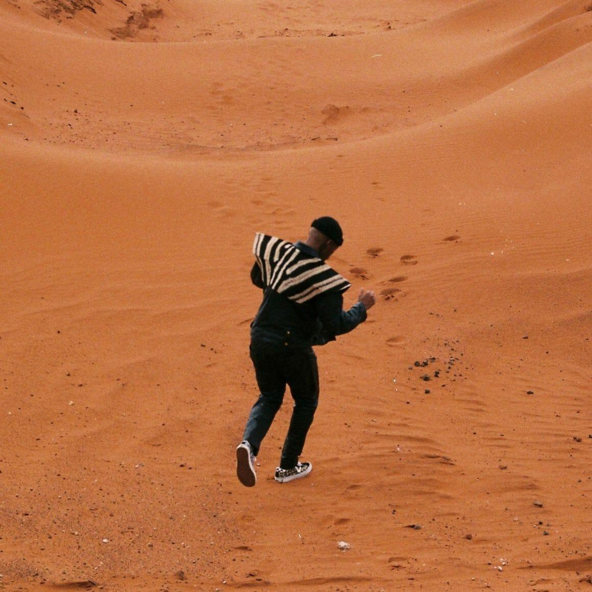 Muzi danse dans le désert sud africain