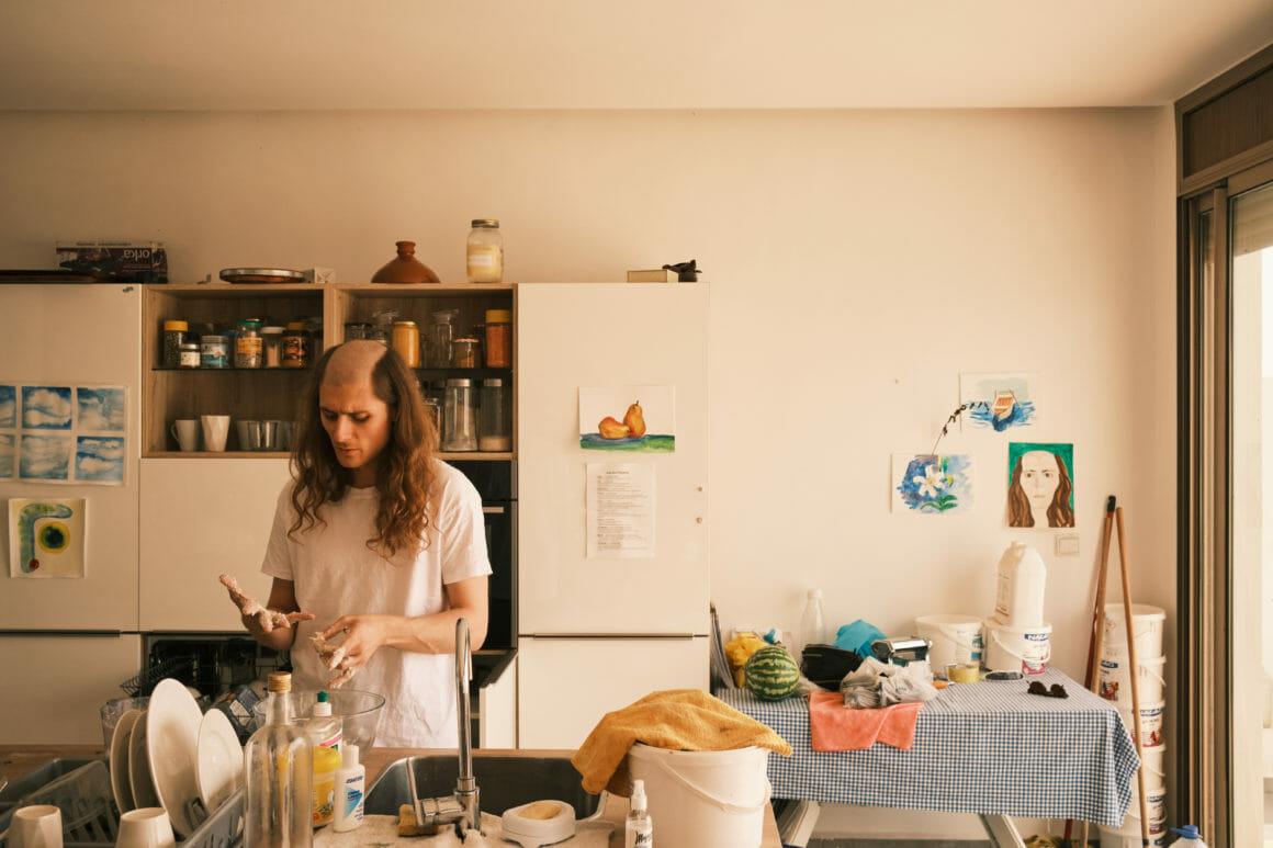 Jacques, dans une cuisine, met littéralement la main à la pâte.