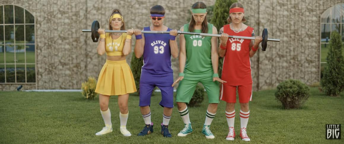 Ilia « Illitch » Proussikine, Tommy cash, Oliver Tree et Sofia Taïourskaïa en rang soulèvent un grand poids, en tenue de sport toujours assorties à leurs pyjamas initiaux).