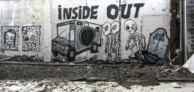 Mygalo 2000 inside out, fresque sur un mur avec des squelettes sortant d'une tombe Jean Reno