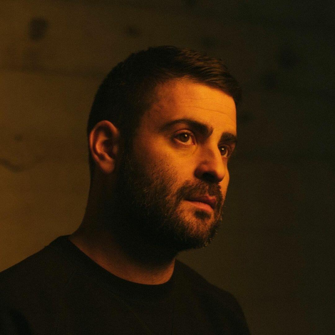 Portrait de NTO, alias Anthony Favier, dans une lumière chaude.