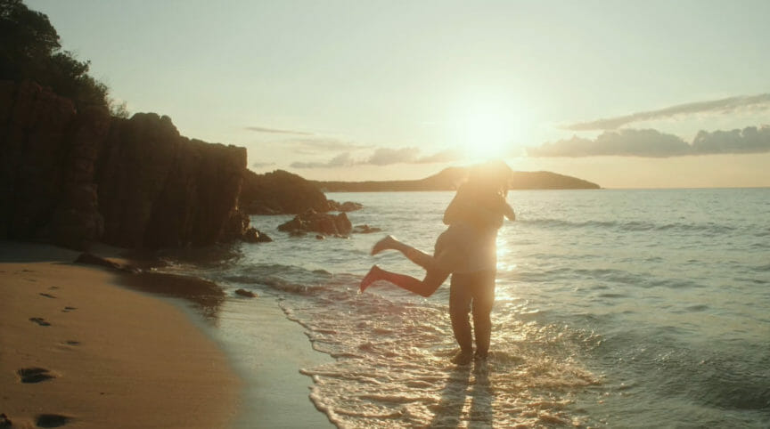 extrait clip blond où les deux amoureux s'enlacent sur la plage