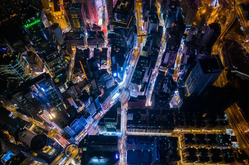 les rues de la ville et ses lumières la nuit vu de haut avec un drone